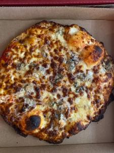 La pizza 3 fromages du restaurant pizzeria grill le moulin à cherbourg